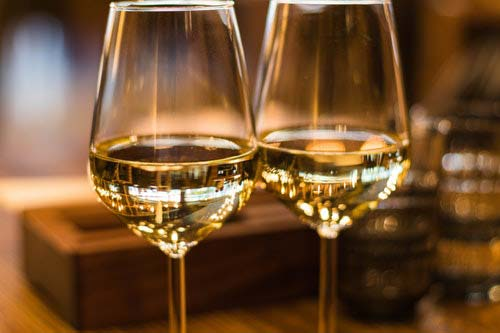 twee wijnglazen met wijn